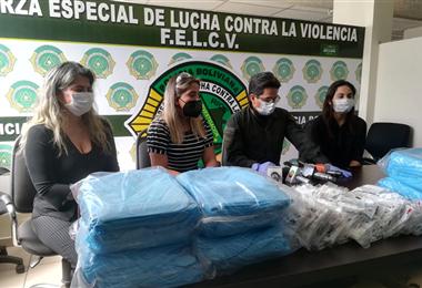 Carolina Ribera durante la entrega de ayuda a víctimas de violencia familiar. EL DEBER