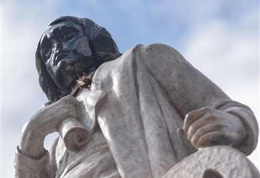 Así quedó la estatua de Colón