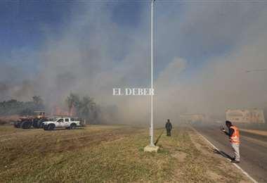 Intenso trabajo para sofocar las llamas en Viru Viru. Foto: F. Landívar