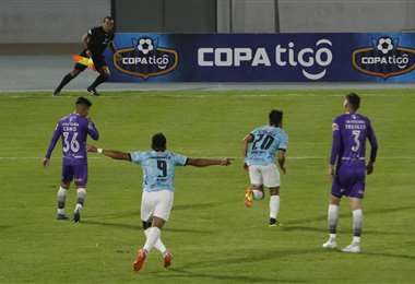 El festejo tras el primer gol de Sánchez (20), de Aurora. Foto: APG