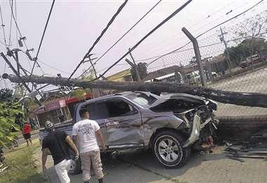 Menor de 14 años tomó la camioneta de su papá y chocó, causando la muerte  de un hombre y dejando dos heridos   EL DEBER