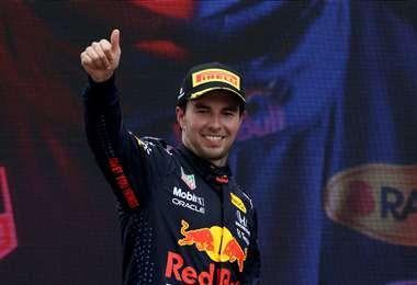 Checo seguirá un año con Red Bull