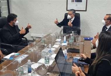 Javier Baldiviezo de ASP-B (izq.) y Rodrigo Pinto (c) sellaron el acuerdo
