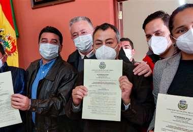 El alcalde Johnny Torres y concejales muestran la ley aprobada