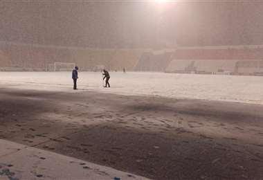 Así luce el campo de  juego del estadio potosino por la caída de la nieve.