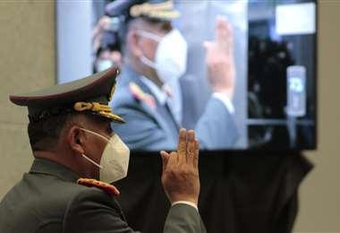 El general Hugo Arandia fue posesionado como comandante del Ejército. Foto: APG Noticias