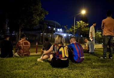 La dezazón de los hinchas del Barcelona por la partida de Messi. Foto: AFP