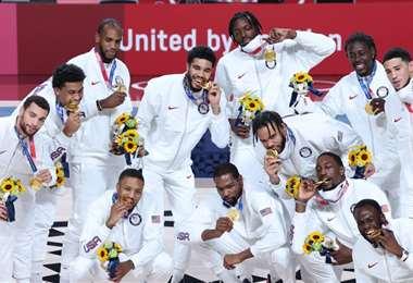 Los campeones con su medalla de oro en Tokio 2020. Foto: AFP