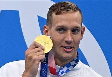 Caeleb Dressel con una de las cinco medallas que ganó en Tokio 2020. Foto: AFP