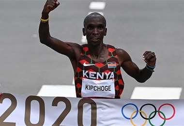 Eliud Kipchoge cruzó la meta con el brazo en alto. Foto: AFP