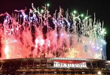 Los fuegos artificiales durante la ceremonia de clausura de Tokio 2020. Foto: AFP