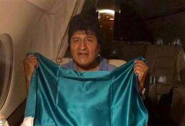 Evo Morales al interior del avión en el que abandonó el país I archivo.