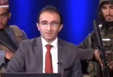 Soldados talibanes vigilan a presentador de televisión