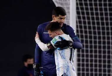 El abrazo de Lampe y Messi tras el final del partido en el Monumental. Foto: AFP