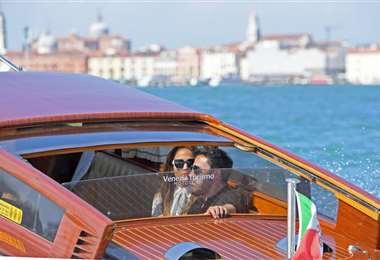 La pareja se trasladó a su hotel en un taxi acuático, donde iban bien juntitos