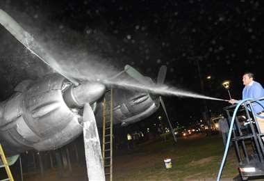 El alcalde participó en la limpieza del avión pirata