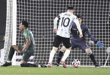Messi en un cara a cara con Lampe. Le hizo tres el jueves. Foto: AFP