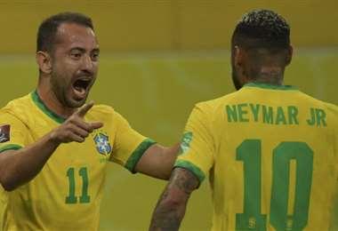 Éverton Ribeiro marcó y lo festejó primero con Neymar. Foto: AFP