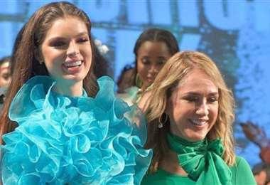 La diseñadora boliviana con la Miss Paraguay, al terminar su desfile