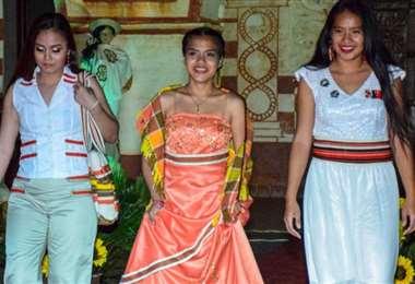 Hubo un desfile de modas chiquitana. Las artesanas presentaron sus creaciones