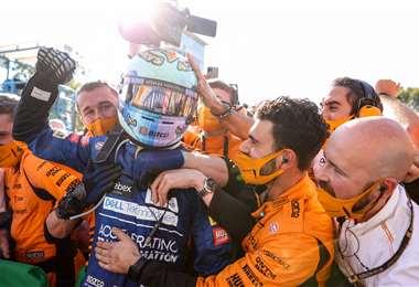 El festejo de Ricciardo con gente de su equipo. Foto: AFP