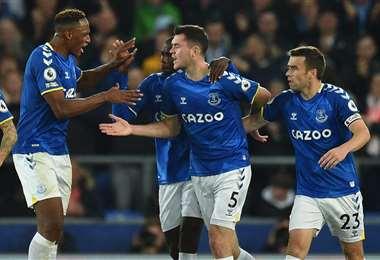 Keane es felicitado por sus compañeros del Everton tras el gol que marcó. Foto: AFP