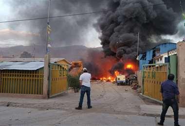 El auxilio no se puede hacer efectivo, por miedo a más explosiones /Foto: Mario Vargas