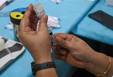 Francia obligará a vacunarse al personal médico. Foto AFP