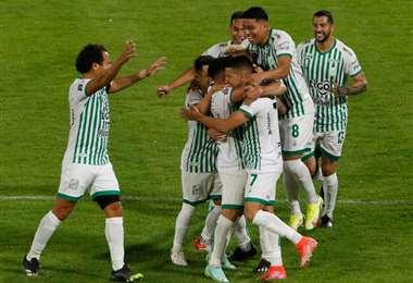 Los abrazos y felicitaciones son para Dorrego (7), autor del gol ante Wilster. Foto: APG