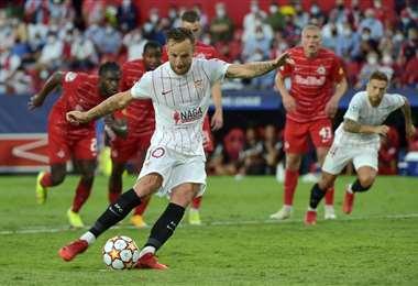 El remate de Iván Rakitic, que terminó en gol del Sevilla. Foto. AFP