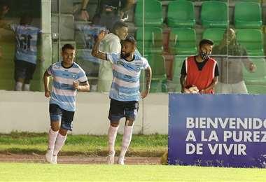 Celebra Rafinha el gol del empate junto a Spenhay. Foto: Fuad Landívar