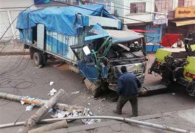 Un camión chocó contra varios postes en La Paz I APG Noticias.
