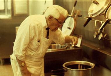 El Coronel Sanders, quien fundó Kentucky Fried Chicken (KFC) en 1955