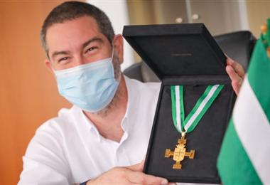 Zvonko Matkovic muestra el galardón de la Gran Cruz Potenzada