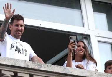 La familia Messi salud a la gente que fue a ver al futbolista a su hotel en París