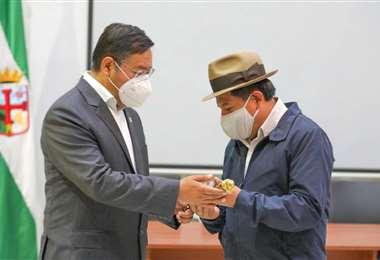 El presidente entregando en bastón de mando/Foto: Redes