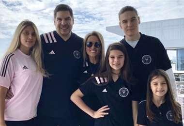 Claure hizo el anuncio de su alejamiento con esta fotografía junto a su familia