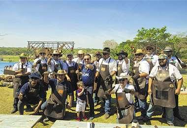 Expertos. La Asociación de Asadores a la Estaca Bolivia se encargó del churrasco.