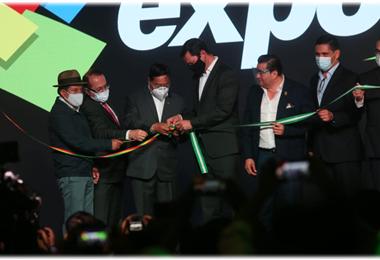Arce tuvo que desatar el nudo del rozón para inaugurar la Expocruz. Foto. Fuad Landívar