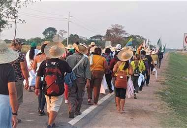 Los marchistas avanzan por el asfalto caliente./Foto: Cidob Orgánica