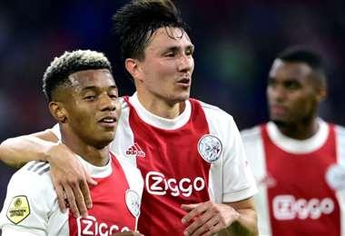 David Neres (izq.) fue autor de dos goles para el Ajax. Foto: AFP