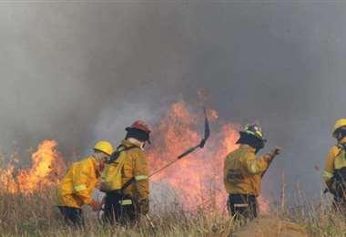 Bomberos luchando contra el fuego/Foto: EL DEBER