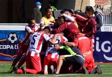 Festejo enloquecido de los jugadores de Independiente tras el gol de Martínez. Foto: APG