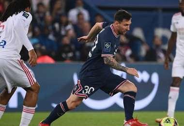Messi tuvo un caluroso recibimiento de la hincha del PSG. Foto: AFP