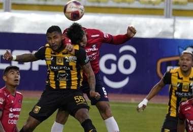 Jusino (55) del Tigre y Reyes (5) de Wilstermann, un duelo en el juego aéreo. Foto: APG