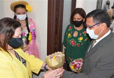 Charisse Phillips junto al gobernador Montes/Foto: Gobernación de Tarija