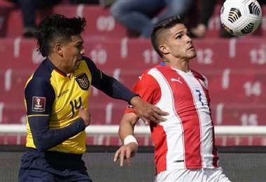 Xavier Arreaga (izq.) y Luis Amarilla en la disputa del balón. Foto: AFP