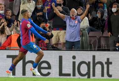 El festejo de Ronald Araujo tras marcar el gol a Granada. Foto: AFP