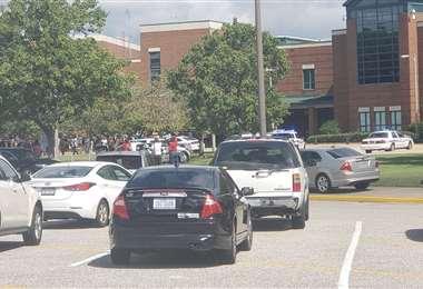 Las fuerzas de seguridad evacúan a los estudiantes