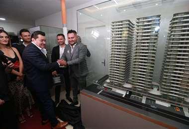 El alcalde de Santa Cruz junto con el gerente general de la empresa. Foto: Fuad Landívar